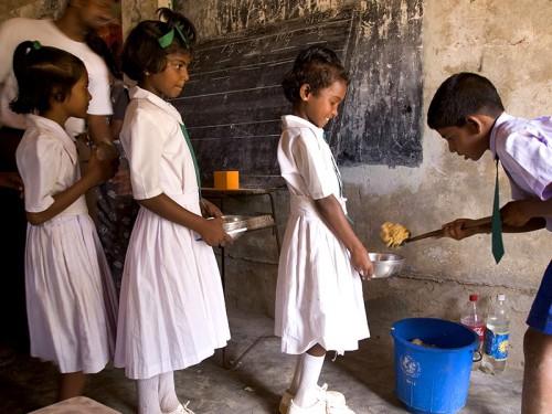 Enfants Sri Lankais qui vont à l'école