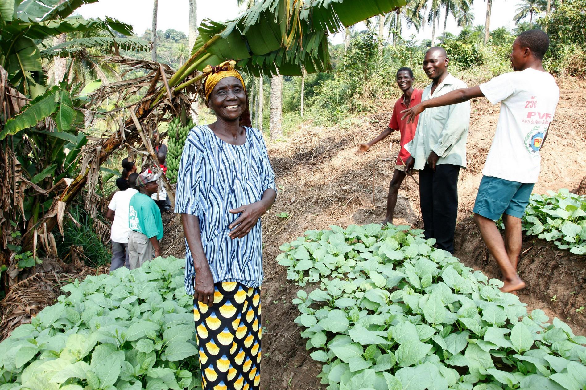 Femme heureuse de son jardin humanitaire