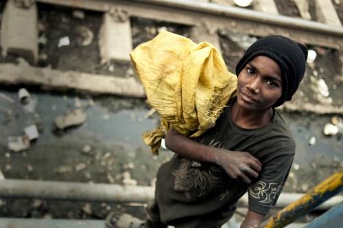 Jeune indien vivant dans la pauvreté